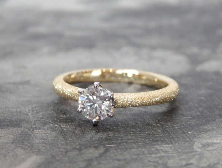 ゴールドの婚約指輪 甲丸のゴールドリングにスターダスト加工を施したコンビ。 中心のダイヤモンドを包み込む6本の爪はプラチナでお仕立て。 重ね付けも素敵なエンゲージリング☆ [婚約指輪,ダイヤモンド,ウエディング,engagement ring,wedding,bridal,diamond,オーダーメイド,ith,イズ]