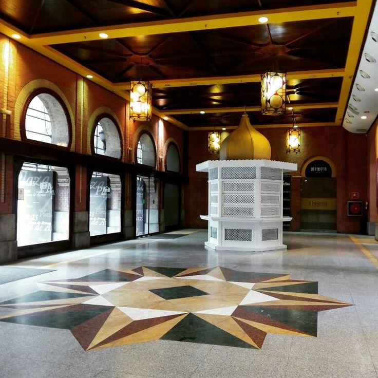 Hall de entrada del C.C. Plaza de Armas en Sevilla, Andalucía