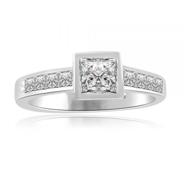 ANELLO DI FIDANZAMENTO SOLITARIO COMPOSTO CON DIAMANTE SUL GAMBO 18CT ORO BIANCO | Solitario Composto con 10 diamanti laterali. Il diamante centrale e 10 diamanti laterali sono Taglio Princess. Il peso totale dei carati per questo anello va da 0.50ct a 0.80ct con diamante centrale da 0.20ct a 0.50ct. I 10 diamanti laterali sono 0.03ct ciascuno per un totale di 0.30ct e sono montati a battita.