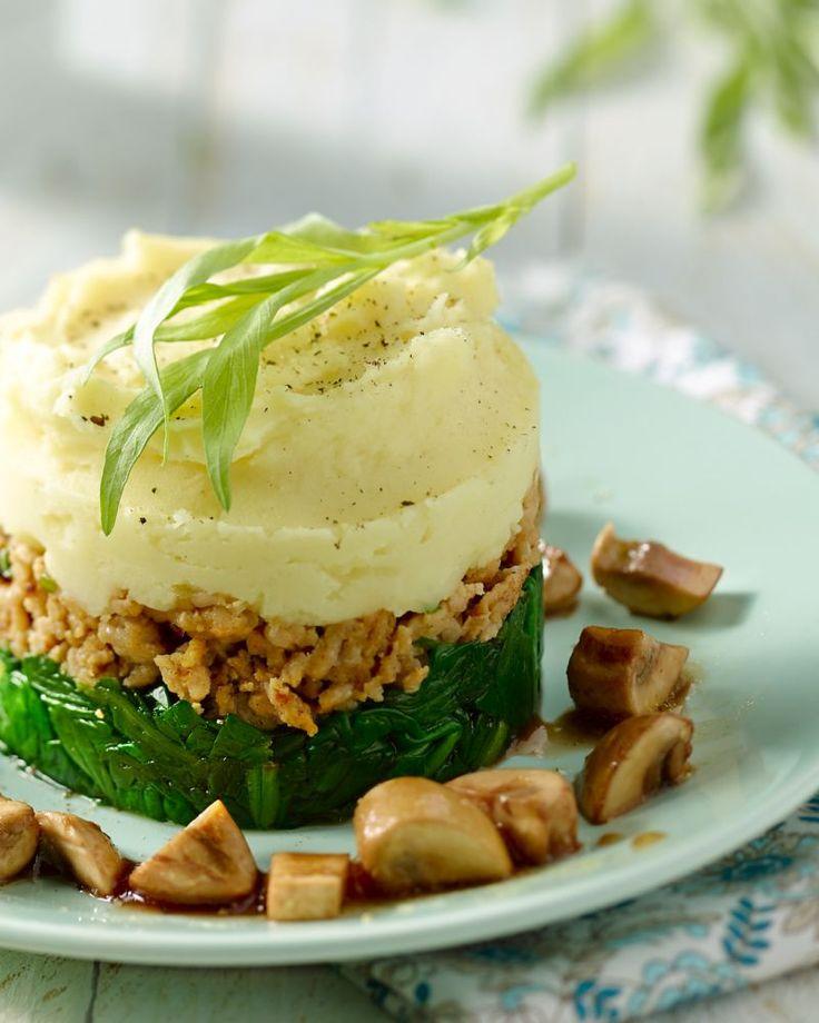 Een verfijnde parmentier, geserveerd in een mooi torentje, met heerlijke ingrediënten, zoals spinazie, champignons, kippengehakt en balsamico-azijn.