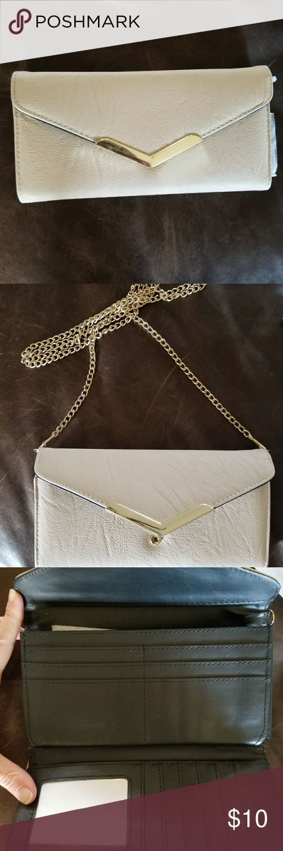 Cream clutch with gold chain Cream clutch with gold chain. It was a gift and I can't find a brand name on it. Bramd new. Never used. I removed the packing paper to take pictures. No tags included when purchased. unknown Bags Clutches & Wristlets