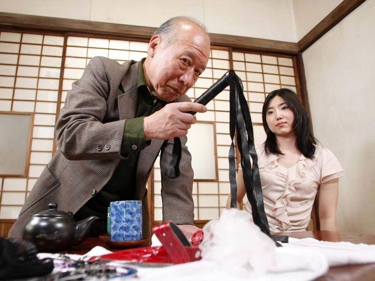 En Mai dernier, je vous parlais de la pénurie d'acteurs porno au Japon avec seulement 70 hommes dans le métier pour 10.000 actrices. Et bien figurez-vous que parmi le peu d'acteurs, on trouve des séniors qui pètent la forme. En fouillant sur la chaîne Dailymotion de Canal+, je suis tombé sur un reportage de l'émission l'Effet Papillon qui parle de cet autre phénomène qui touche l'industrie du film pour adultes.