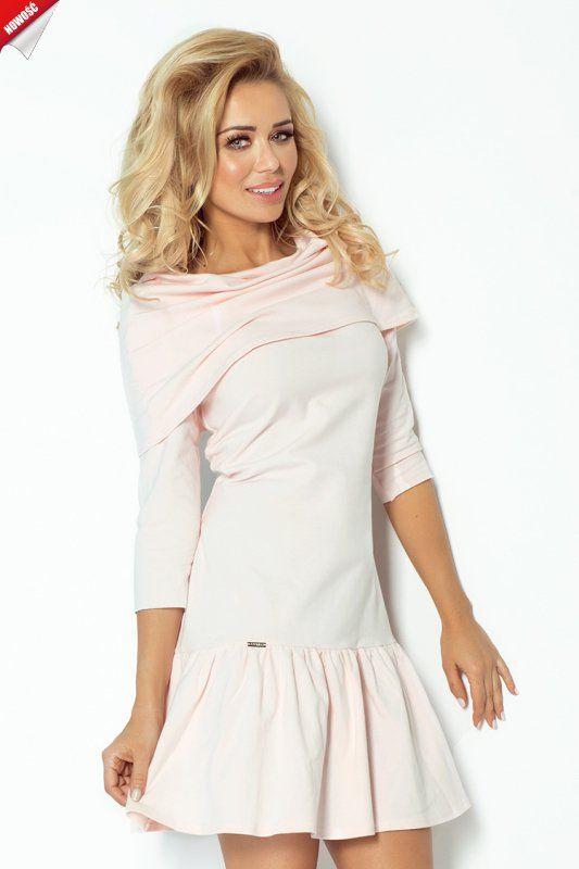 Niezwykle dziewczęcy model sukienki z przymarszczonym dołem i fantazyjnym, luźnym golfem opadającym na ramiona, bez zamka z tyłu. #sukienka #dzienna #kobieta #moda #trendy #róż