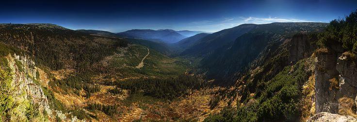Pionowy ząb skalny zwany Ambrožovą vyhlídką, oferuje taką oto panoramę Karkonoszy