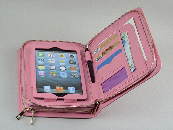 Deze dubbele rits roze portemonnee met handvat voor mini iPad en het is een zaak van de portefeuille gemaakt van volnerf leder. De grote lederen portemonnee met apple mini-apparaat en een mobiele telefoon samen kunnen houden. Het is een roze kleur alleen ontwerp voor dame uitvoering. En het is een grote tas met uw mini ipad samen.  OMSCHRIJVING Geschikt voor iPad mini en iPad mini met Retina en iPad mini 3 en iPad mini 4 Gemaakt van volnerf leder Met 6 creditcard zakken en een…