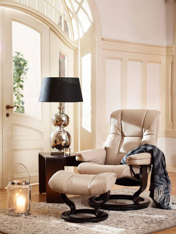 Stressless mayfair recliner in batick leather color cream beige with classic bence