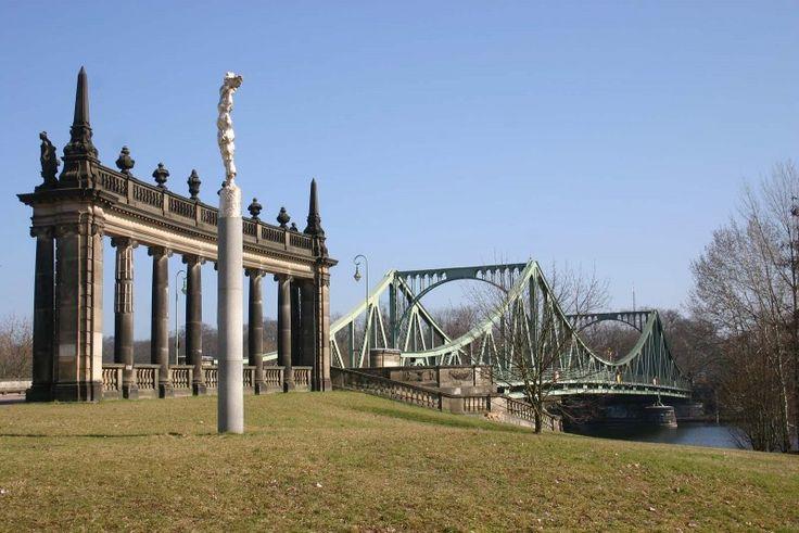 De Glienicker Brücke ligt in een gebied waarvan het landschap en de gebouwen grotendeels ontworpen zijn door Lenné en Schinkel. In 1990 is het door Unesco uitgeroepen tot World Heritage en bestaat ...