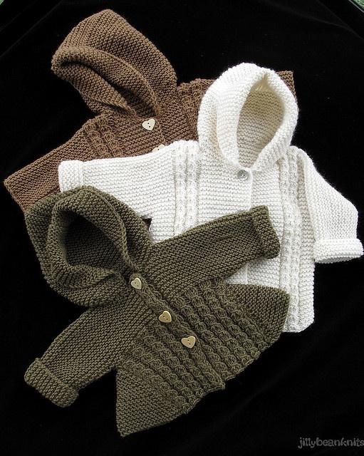 petits manteaux en tricot .. Dommage pas de pattern associé, peut être pas trop difficile a faire
