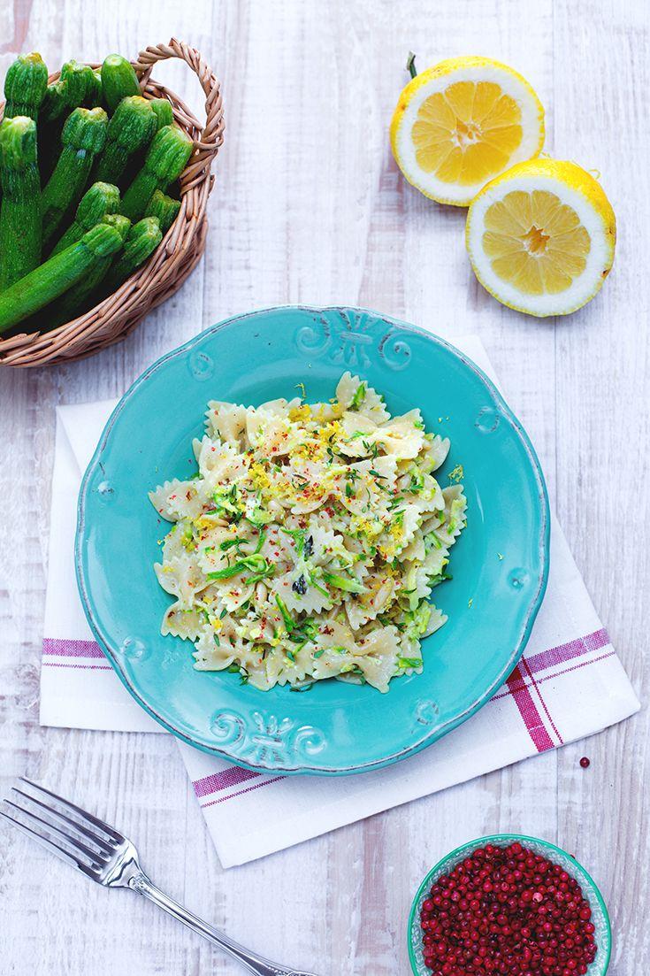 Le #farfalle #integrali con #zucchine al #limone e #timo (whole wheat bow-tie pasta with zucchini, thyme and lemon) sono un primo piatto di #pasta davvero freschissimo e adatto all'estate! Tenere zucchine colorano il piatto e la scorza grattugiata del limone dona una nota aspra piacevolissimaa a questa ricetta #vegetariana! #ricette #GialloZafferano #italianfood #italianrecipe #italianpasta #veggie #NuoviVolti Aurora
