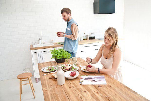 Pan Popi, meble, biała kuchnia, drewniany stół