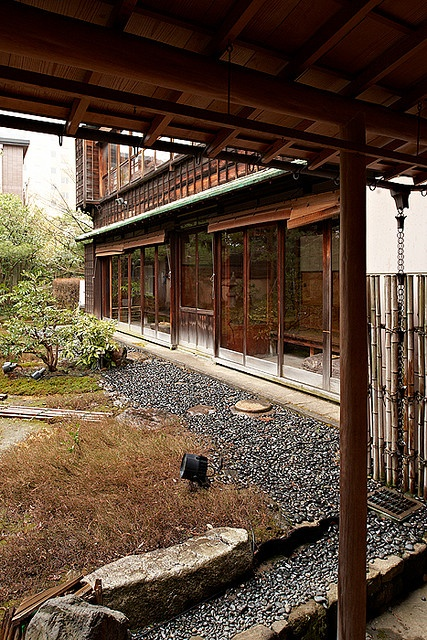 look at the chain for rain water to run down - Japanese residence