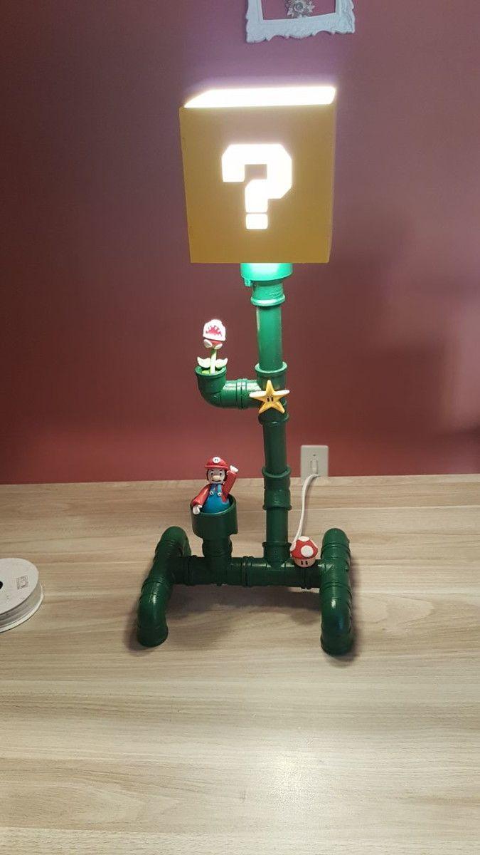 Luminária confeccionada em tubos de PVC e miniaturas em Biscuit com o tema Mario Bros    Medidas 24 cm x 17 cm x 51 cm (largura/comprimento/altura)    * Não acompanha lâmpada