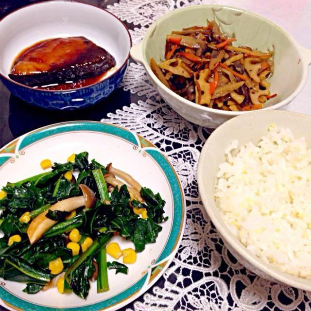 ご飯 小松菜ソテー(小松菜、コーン、しめじ) きんぴら(レンコン、ごぼう、人参、糸こんにゃく) ぶりの照り焼き  でした☆ - 14件のもぐもぐ - 小松菜ソテーの晩ご飯 by やす