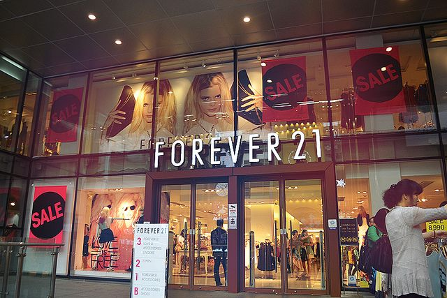 Tpye; Closed Props; Decorative lighting; Spotlights Signs; for sale & forever21 Color; Brownish purple Line; Vertical & horizontal Balance; Formal Emphasis; Forever21 sign