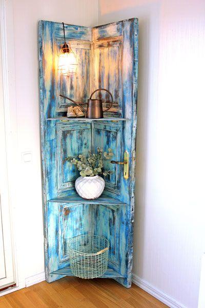 Frida Sundelin från Floda byggde ett hörnskåp av en dörr. Läs här hur hon gick till väga!