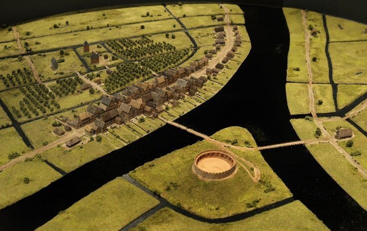 Maquette van Leiden, eerste helft 13de eeuw. De burcht is in de 10de eeuw gebouwd op de plek waar 2 armen van de Rijn samenkomen. Eerste bebouwing langs de Breestraat, daarachter het grafelijke huis Lokhorst en het Gravensteen met de kapel die later de Pieterskerk zou worden.