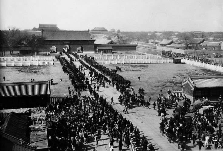 The Imperial Court returns to the Forbidden City in Beijing in 1901 after the suppression of the Boxer rebellion. Photo by Paula von Rosthorn, who had arrived in Beijing five years earlier and participated in the defence of foreign diplomatic missions against Boxer attacks during the uprising