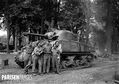 1939-1945. Libération de Paris, août-septembre 1944. L'équipage (François Jaouen, Roland Hoerdt, André Peseux, François Collon, Pierre Coatpéhen) du char  Romilly  de la 2ème DB du général Leclerc stationné au pré Catelan jusqu'au 6 septembre 1944.