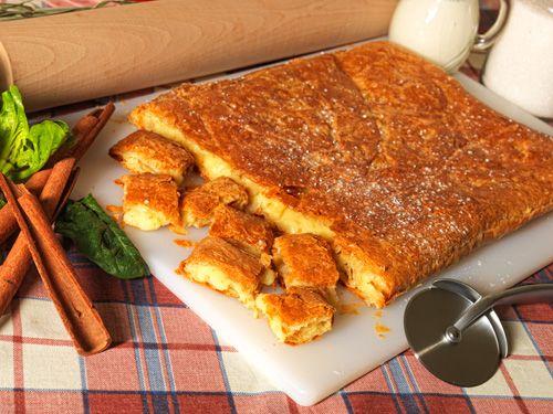 μπουγάτσα με τυρί ½ κιλό φύλλο κρούστας για γλυκό ½ κιλό ανθότυρο ¼ κιλού μανούρι ¼ φλιτζανιού γάλα 1 κουταλιά κόρν-φλάουερ 4 αυγά ¾ φλιτζανιού ζάχαρη 4 βανίλιες Ζάχαρη, άχνη και κανέλλα για το πασπάλισμα  Εκτέλεση  :  Χρησιμοποιούμε ταψί  40αρι αλουμινένιο. Στρώνουμε τα μισά φύλλα κάτω και τα κόβουμε σε σχήμα στρογγυλό. Χτυπάμε στο μίξερ το ανθότυρο και το μανούρι. Ανακατεύουμε το γάλα με το κορν –φλάουερ. Χτυπάμε τα αυγά με την ζάχαρη και τις 4 βανίλιες. Αναμειγνύουμε και δουλεύουμε