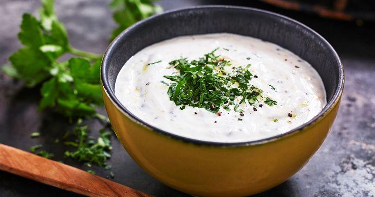 Kraftfulla smaker med mycket sälta blir fint sällskap till middagen. Dressingen är lika god till kyckling som till nötkött.