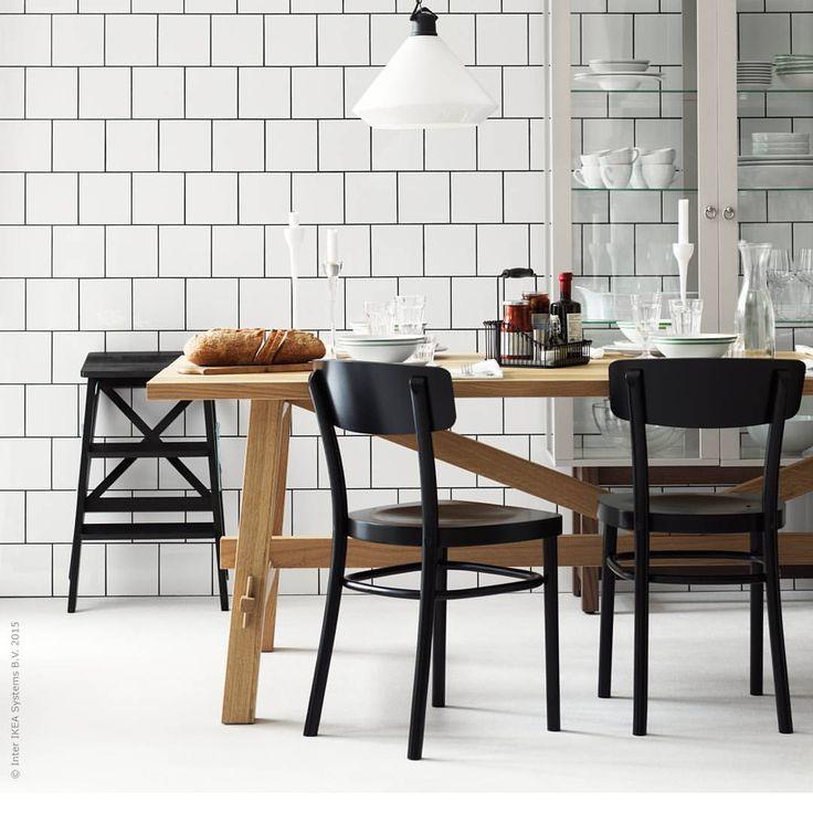 Att äta ute fast hemma = vardagslyx. En klassiskt stilig bistrostil skapas med bekväma stolar, stilrent porslin och ett generöst bord som välkomnar repor och fuktringar. Spana gärna in nya #MÖCKELBY!