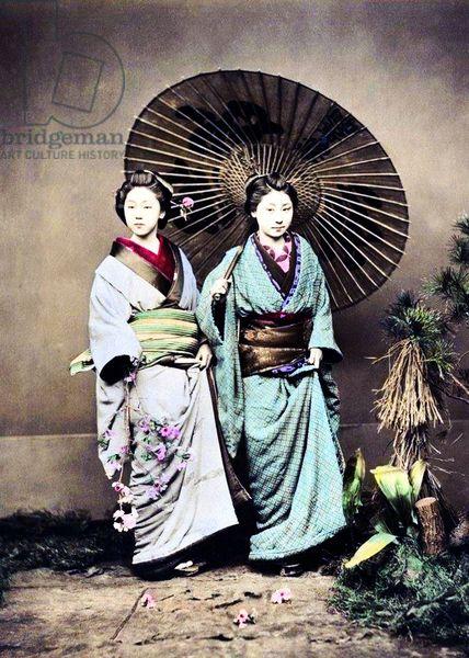 Япония: Две молодые японские женщины в кимоно позирования под зонтом, Феличе Беато, гр.  1875