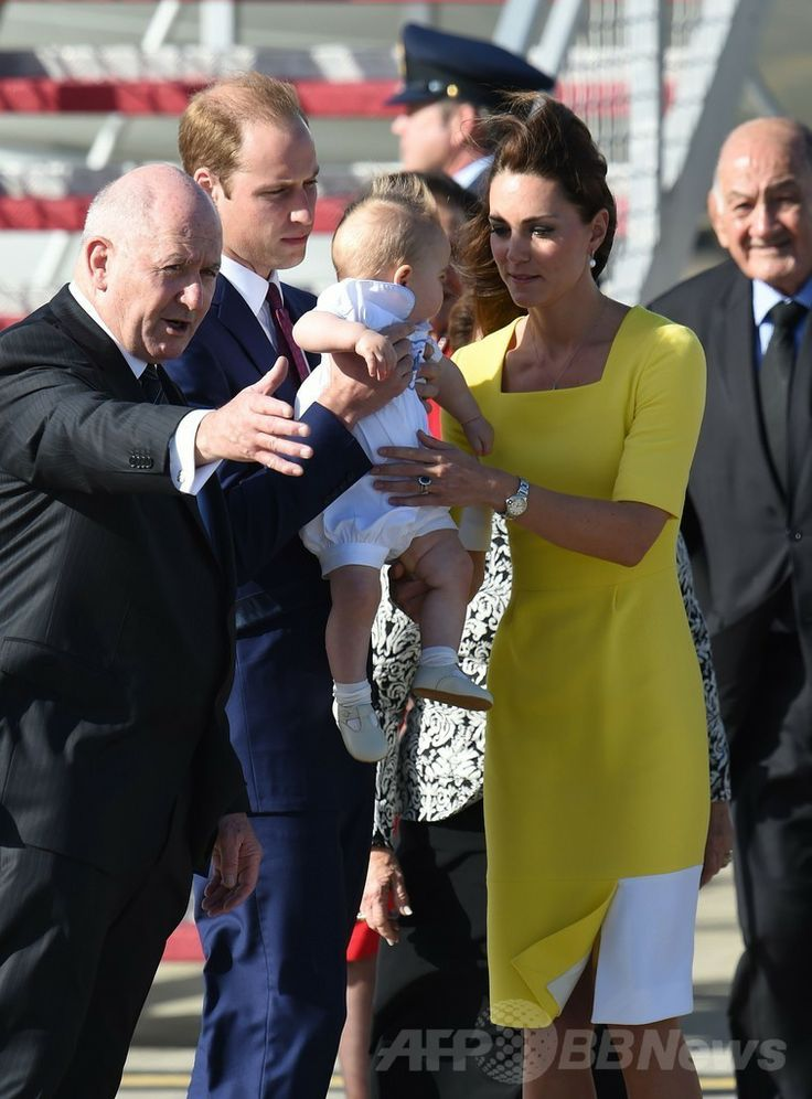 ニュージーランド外遊を終えて豪シドニー(Sydney)のシドニー国際空港(Sydney Airport)に到着した英国のウィリアム王子(Prince William、左から2人目)とジョージ王子(Prince George、中央)、キャサリン妃(Catherine, Duchess of Cambridge、右から2人目)を出迎えたピーター・コスグローブ(Sir Peter Cosgrove)豪連邦総督(左、2014年4月16日撮影)。(c)AFP/WILLIAM WEST ▼16Apr2014AFP|ウィリアム英王子一家、NZから豪州入り http://www.afpbb.com/articles/-/3012781 #Sydney #PrinceWilliam #PrinceGeorge #Catherine #DuchessofCambridge #SirPeterCosgrove