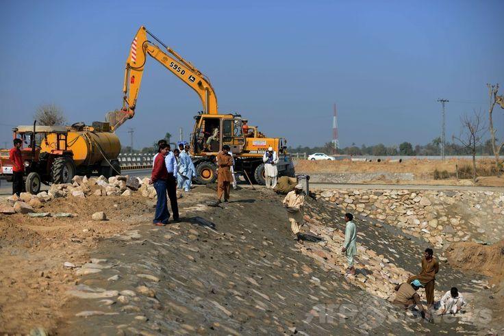 パキスタン・パンジャブ州(Punjab)のバハワルプール(Bahawalpur)地区で、太陽エネルギー公園の工事を行う作業員たち(2014年2月17日撮影)。(c)AFP/Aamir QURESHI ▼28Apr2014AFP|砂漠の太陽エネルギー公園、電力危機克服の挑戦 パキスタン http://www.afpbb.com/articles/-/3013188