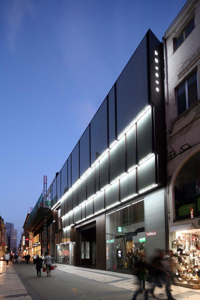 Cino Zucchi Architetti  Ridisegno della  facciata del  negozio Benetton, Rue Neuve