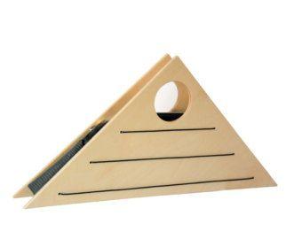 De O-handtas is uniek en gemaakt van hout en stof in met name moderne stijl en een gepatenteerde ontwerp. Het interne deel is gemaakt van kunstleder voor grote duurzaamheid. De exterieur houten oppervlakken zijn uit hoogwaardige multiplex en verschillende gekleurde fineer aan elke kant, zodat de tas kan beide kanten, waardoor de drager aan het wijzigen van het uiterlijk van de zak worden gedragen. Aan de ene kant het evenus is en anderzijds het oppervlak vergelijkbaar is met de slang van de…