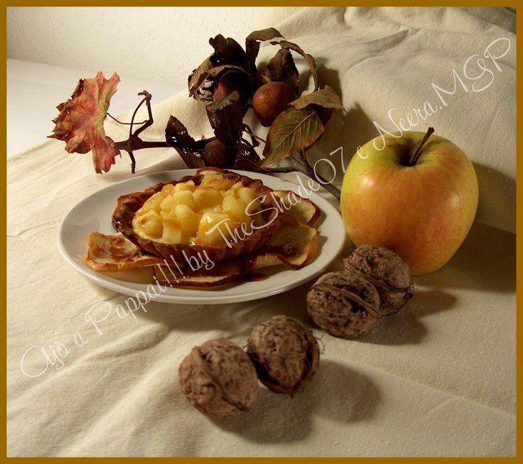 L'autunno è ormai arrivato, con i suoi colori caldi, l'aria più fresca e con tanti deliziosi sapori: dai funghi alle castagne, dai frutti alla frutta secca, sino ad arrivare ai piatti più sostanziosi. Anche i dolci non sono da meno, ma questo fa un'eccezione. Leggero, croccante, morbido, profumato, carico dei tipici sapori e colori del periodo: la cannella, la pasta frolla, la crema, la mela. Semplicemente da provare!
