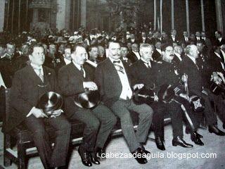 Cabezas de Aguila: Alvaro Obregón rindiendo honores a Miguel Hidalgo y Costilla.