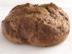 Domácí kvaskovy chléb pečený v troubě, bez formy.