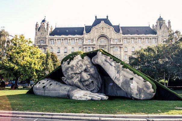 Сочетание старого и нового: современная скульптура под названием