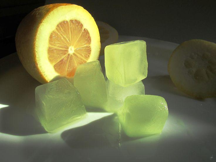 Лед для лица - за и против. Сделать кубики льда для лица - нет ничего проще. Протирать лицо льдом нужно правильно, чтобы умывание льдом было полезным. Лед из ромашки очень