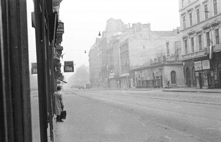 Kossuth Lajos utca az Astoria felé nézve, jobbra a Szép utca torkolata.