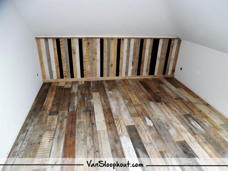 """Wat krijgen wij toch leuke """"do it yourself"""" foto's toegestuurd van onze klanten. Mooie sloophouten vloer met een sloophouten mix (blank,zwart,grijs &wit) wand.  #sloophout #hout #slaapkamer #kantoor #doityourself #vloer #muur"""