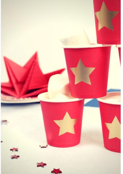 Table sur le thème des USA/ Amérique. Ici, gobelets en carton pour le café, remplis de chamallow Table decoration for independence day www.mesabella.fr