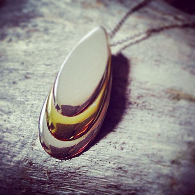 Mussel. Necklace in silver and bass.