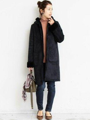 今季らしい長めの着丈が新鮮なフェイクムートンコート。 シックなネイビーカラーのインには華やかなピンクのニットで明るさをプラス。 スキニーデニムですっきりと纏め、こなれたコーディネートに。