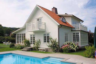 Spröjs. Fönster. Vitt hus. Takkupa.