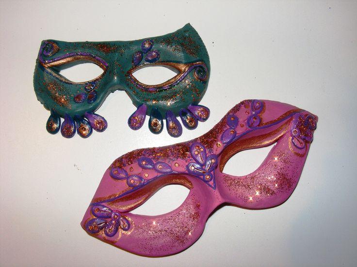 Dekoráció farsangra! Agyagból készítettem ezeket a farsangi maszkokat, akrilfestékkel festettem, csillámporral díszítettem őket.