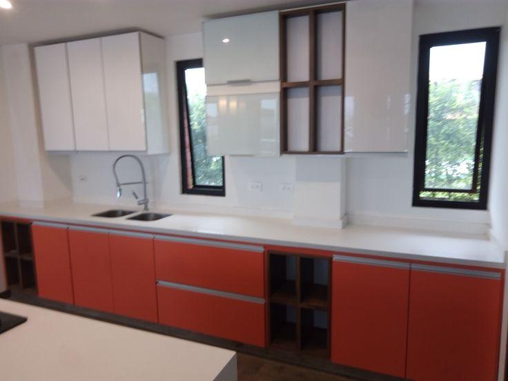 gabinete en rehau blanco, paneles inferiores en formica orange y perfil manija en aluminio.