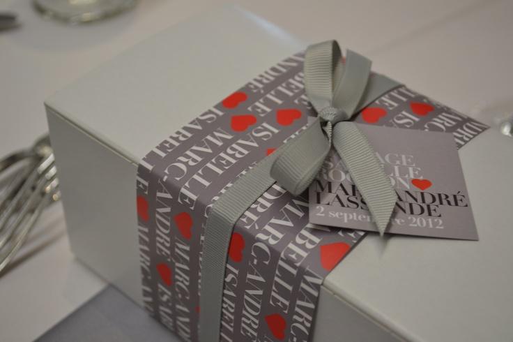 Emballages de cadeaux d'invités. Fleurs, concept et décor: www.fetesgrenadine.com  Photo: www.yavuzphoto.ca
