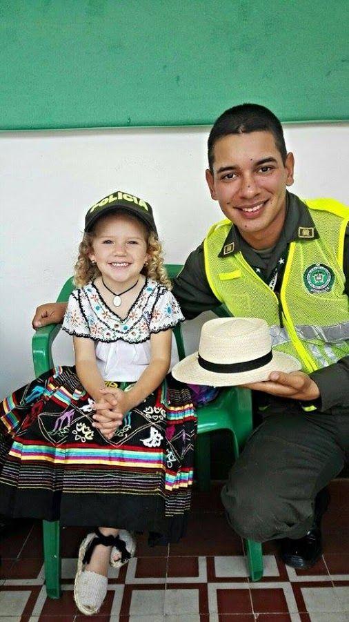 La sincera amistad de un niño, no debería perderse a lo largo de nuestro camino. #UnCompromisoDeCorazón  POLICIA DE COLOMBIA - Google+