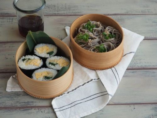 posted by @delicatusib たけのこ寿司と蕎麦弁当 #obento #obentoart #お弁当...