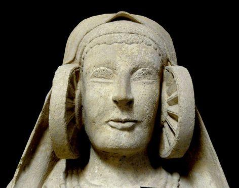 Dama de Guardamar o de Cabezo Lucero. - Es una escultura fragmentada, de piedra caliza de grano fino, color grisáceo. Su altura máxima (en estado restaurado) es de 50 cm., de los que 25 cm. corresponden a la cabeza y la cara.