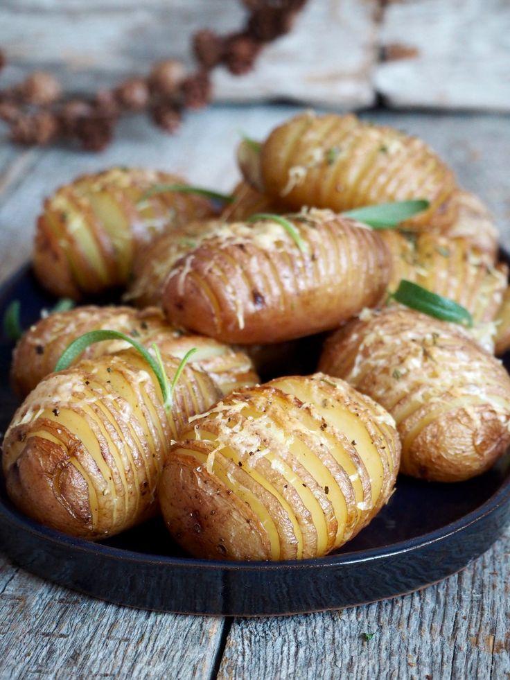Vil du servere noen fancy poteter uten for mye jobb, kan du lage Hasselback poteter. Det ser kanskje vanskelig/tidskrevende ut, men er ikke det. Jeg lover!