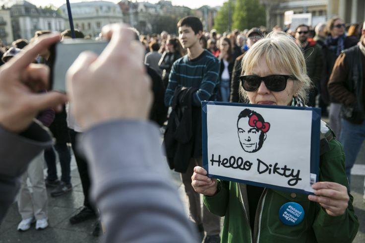 Univerzális balhé: ilyen sok jó transzparenssel még sosem tüntettek Magyarországon - kepek