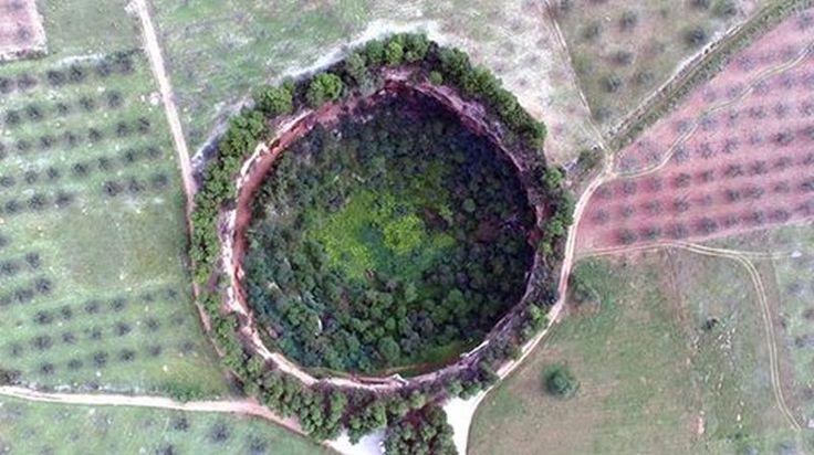 Σπήλαια στα Δίδυμα κοντά στο χωριό Κρανίδι Αργολίδα Πελοπόννησος Οι δύο κρατήρες, γνωστοί ως δολίνες δηλαδή σπήλαια, έχουν κυκλικό σχήμα και είναι ορατοί από μεγάλη απόσταση λόγω του μεγέθους τους.